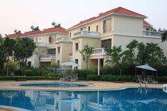 Luxuriöse Swimmingpoolseite des reichen Hotels Stockbilder