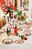 Luxuriöse Tabellenverabredungen mit rotem Porzellan Stockbild