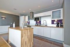 Luxuriöse und saubere völlig befestigte Küche Stockfotografie