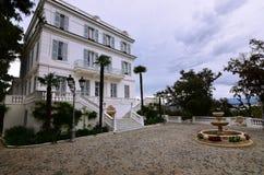 Luxuriöse Villa auf der Küste Stockfotos