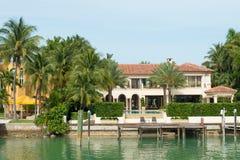 Luxuriöse Villa auf Stern-Insel in Miami stockbilder