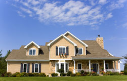 Luxuriöse Villa, blauer Himmel Lizenzfreie Stockfotos