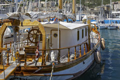 Luxuriöse Yacht festgemacht im Jachthafen Stockbilder