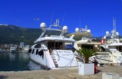 Luxuriöse Yachten im Jachthafen Lizenzfreie Stockfotografie