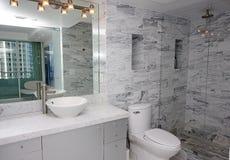 Luxuriöser Badezimmerinnenraum Stockbilder