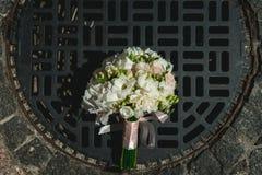 Luxuriöser Brautblumenstrauß von weißen Pfingstrosen Stockfotos