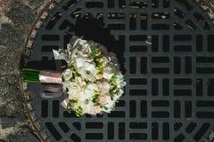 Luxuriöser Brautblumenstrauß von weißen Pfingstrosen Stockbild