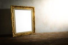 Luxuriöser Fotorahmen auf Holztisch über Schmutzhintergrund Lizenzfreie Stockbilder