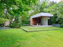 Luxuriöser Garten für das Stillstehen im Hausbereich stockfotografie