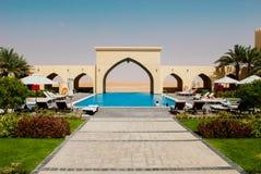 Luxuriöser Hotelpoolkomplex Stockfoto