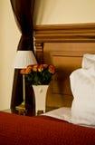 Luxuriöser Hotelzimmerinnenraum lizenzfreie stockbilder