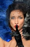 Luxuriöser junger Brunette liegt in mehrfarbige Pelze stockbild