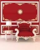 Luxuriöser Lehnsessel im königlichen roten Innenraum Lizenzfreie Stockfotografie