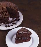 Luxuriöser Rich Chocolate Cake auf weißer Platte Stockfotos