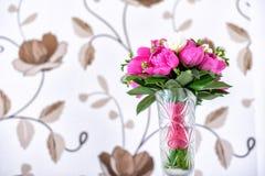 Luxuriöser rosa, roter und weißer Pfingstrosenblumenstrauß mit den Blattknospen im Kristallvase Stockbilder