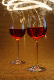 Luxuriöser Schuss von Gläsern des rosafarbenen Weins auf Goldfunkeln Stockfoto