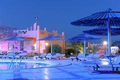 Luxuriöser Swimmingpool nachts Stockfotografie