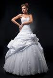 Luxuriöser Verlobt-Supermodel zeigt Hochzeitskleid Lizenzfreie Stockfotografie