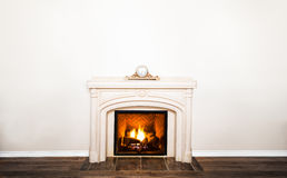 Luxuriöser weißer Marmorkamin und leere Wand Stockbilder