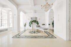 Luxuriöser Weinleseinnenraum mit Kamin in der aristokratischen Art Stockfotografie