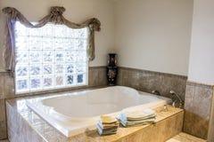 Luxuriöses Badewannenbadezimmer stockfoto
