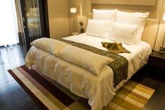 Luxuriöses Bett Stockfotos