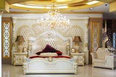 Luxuriöses Bett in der klassischen Art Stockfotos