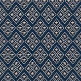 Luxuriöses Goldgeometrischer Fleur de Lys-Luxusentwurf Nahtloses Rautenvektormuster auf tiefem blauem Hintergrund vollkommen vektor abbildung