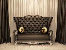 Luxuriöses ledernes Sofa mit Kissen Lizenzfreies Stockbild