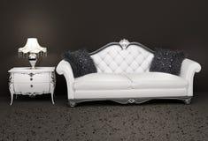 Luxuriöses ledernes Sofa mit Nachttisch stockbild