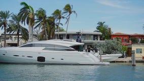 Luxuriöses privates Boot nahe faszinierendem Haus von wohlhabenden Leuten auf Sterninsel, sonnige Inseln setzen, Miami auf den St stock video