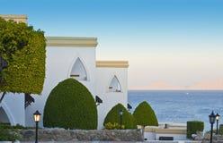 Luxuriöses Rücksortierunghotel durch Meer stockbilder