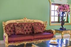 Luxuriöses rotes Sofa, teurer Luxus lizenzfreies stockfoto