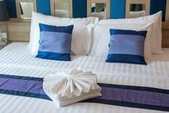 Luxuriöses Schlafzimmer mit Tüchern entwerfen auf dem Bett stockfotografie