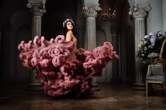 Luxuriöses sexy Mädchen in einem bewölkten Kleid des Abends tanzt und wirbelt an einem Ball stockfotos