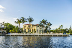 Luxuriöses Ufergegendhaus im Fort Lauderdale, USA Stockfotos