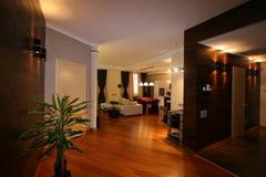 Luxuriöses Wohnzimmer, schöner Eingang Stockbild