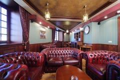 Luxuriöser englischer Zigarrenraum mit Ledersesseln Stockfotos