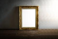 Luxuriöser Fotorahmen auf Holztisch über Schmutzhintergrund Stockfoto