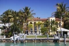 Luxuriöses Ufergegend-Haus Stockbild