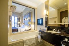 Free Luxury Contemporary Ensuite Bathroom Stock Photography - 158669002