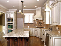 Luxury Kitchen with Granite topped Island. And hardwood floors Royalty Free Stock Photos