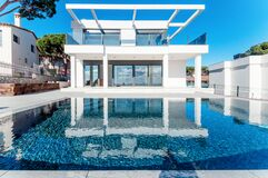 Free Luxury Modern White House With Large Windows Overlooking A Mediterian Landscaped Garden With Palm Trees And  Blue Swimming Pool. Stock Photos - 175282303