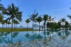 Luxury resort infinity pool Royalty Free Stock Images