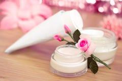 Luxury spa producten en roze bloemen Stock Afbeeldingen