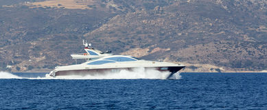 Luxury yacht speeding Royalty Free Stock Photos