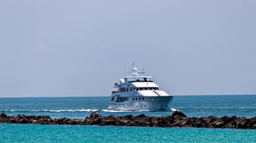 Luxury yatch coming into port Royalty Free Stock Photography