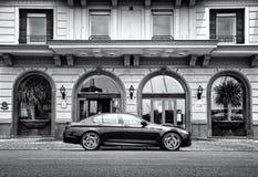 Luxus-BMW-Auto vor Hotel stockbilder