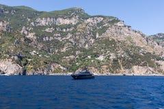Luxus crewed Bewegungsyacht auf der Amalfi-Küste nahe Positano, Kampanien Stockfotografie