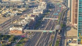Luxus-Dubai-Jachthafenkanal mit dem F?hren von Booten und von Promenade timelapse, Dubai, Arabische Emirate stock video
